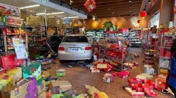 驚!自小客暴衝進超市 女客站門口險遭撞