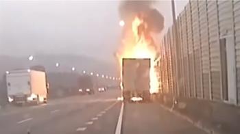 砰!聯結車陷火海 輪胎爆 「風火輪」噴對向車道