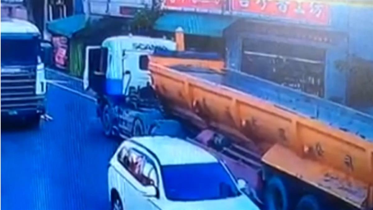 沒注意路口狀況! 嬤騎車穿越路口遭砂石車輾斃