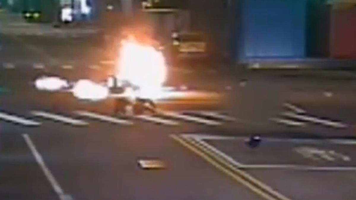 酒駕男闖紅燈撞飛女騎士 機車斷頭炸成火球
