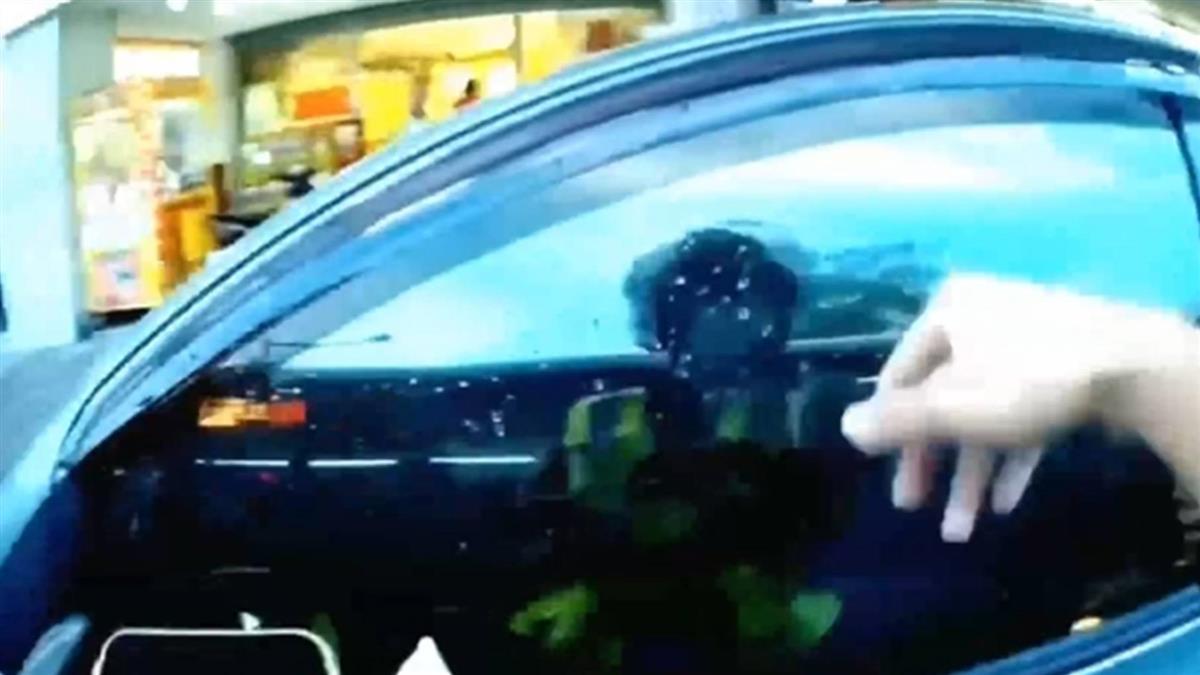 獨/不滿遭開單!男後座爬到前座駕車 狠心夾拖員警遭逮