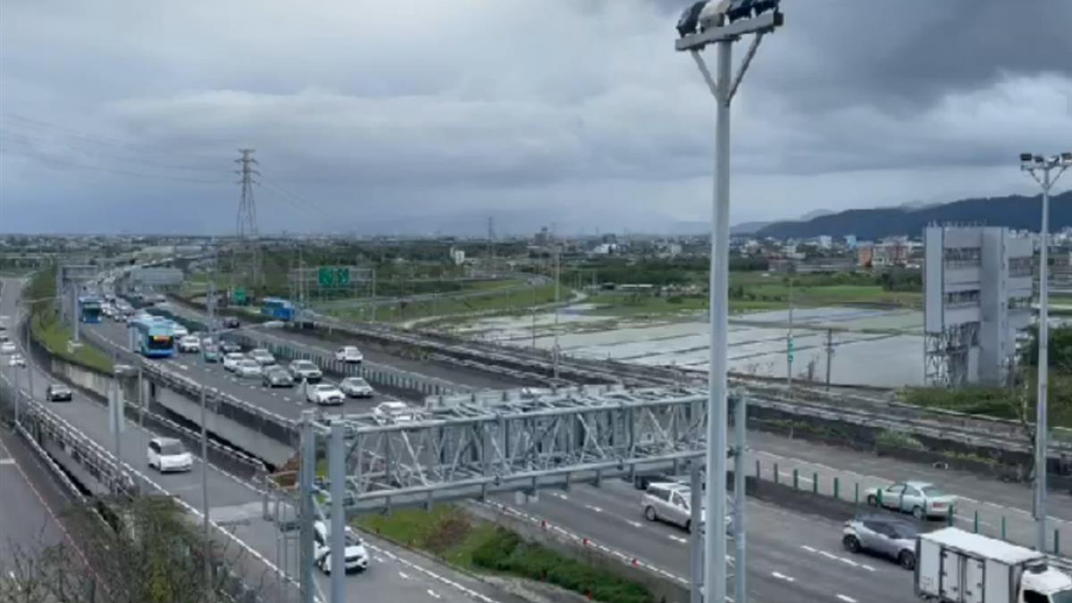 國5車潮紅爆!宜蘭回台北最慘恐塞13小時 車速僅20公里