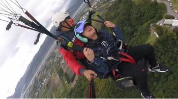 懼高男挑戰玩飛行傘 高空哀嚎「叫媽喊女友」