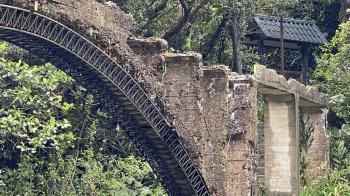 爬瑞芳古蹟水圳橋3米高重摔 遊客害橋斷代價出爐