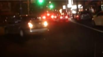 獨/66歲婦疑恍神誤踩油門 衝分隔島撞對向車