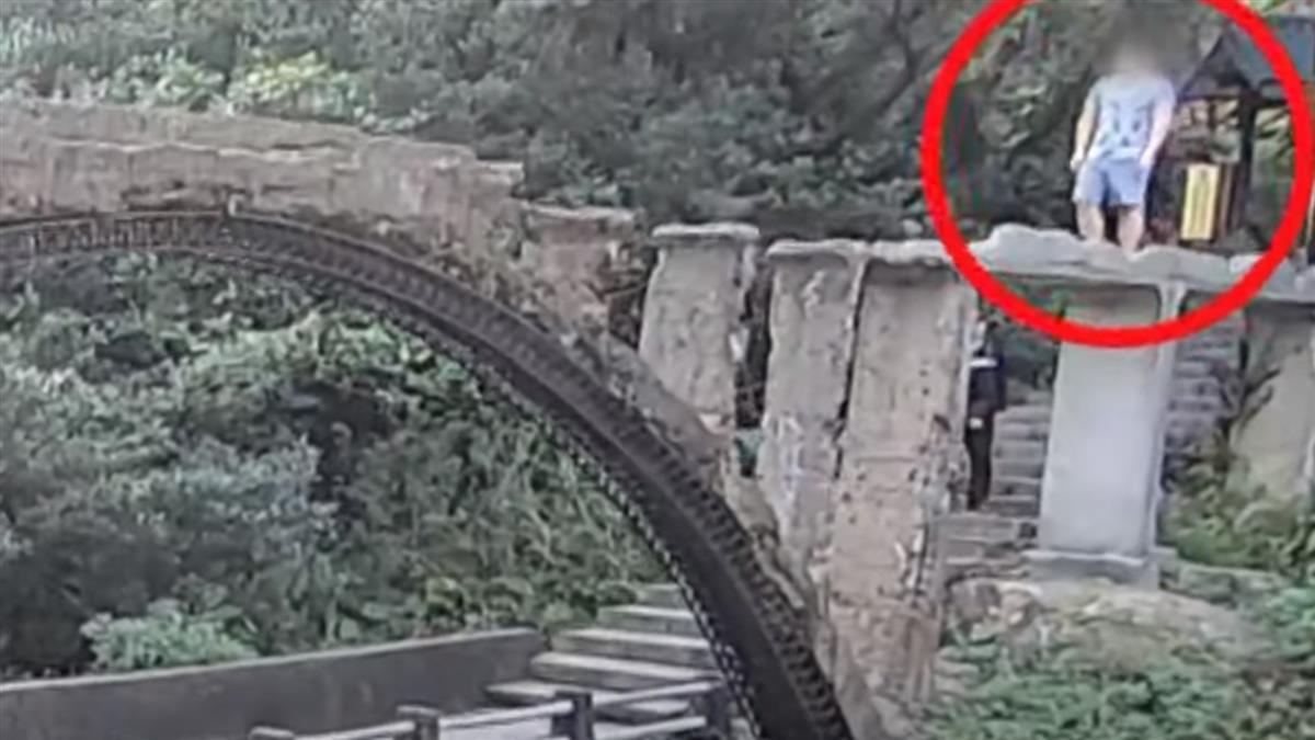 無視告示!男冒險走市定古蹟「水圳橋」 橋面破裂摔落