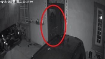 監視器拍到五官清晰「長髮女鬼」 屋主崩潰不敢回家