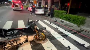 黃牌重機高速撞迴轉轎車 騎士慘被拋飛滿臉血