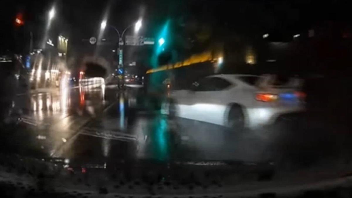 轎車疑天雨路滑失控撞騎樓 目擊駕駛揶揄:拓海?