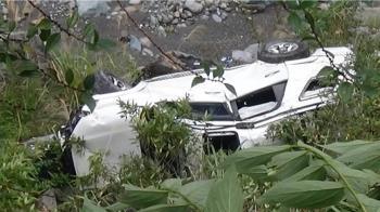花蓮山區道路土石崩落 轎車閃避墜15M深河谷
