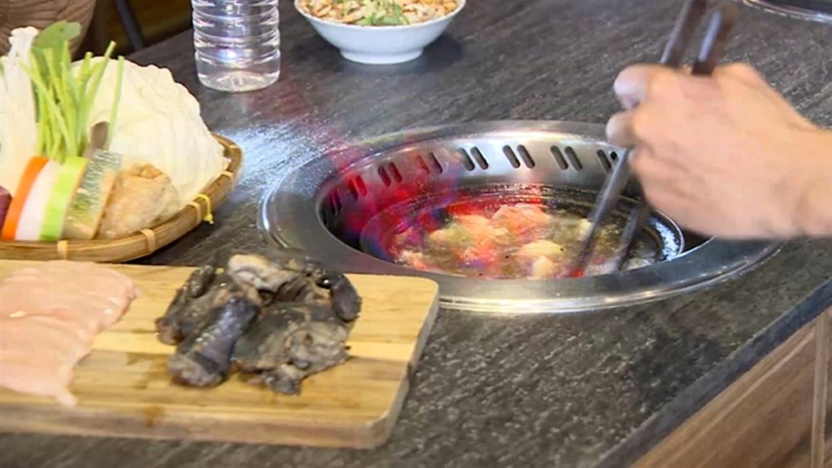 獨/火鍋真的有「火」 烏骨雞、和牛用火燒玩創意