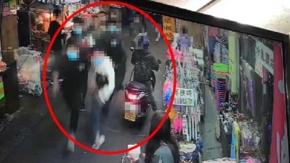 宜蘭東門夜市傳追殺!20歲男當街拔刀追人 2人遭砍傷