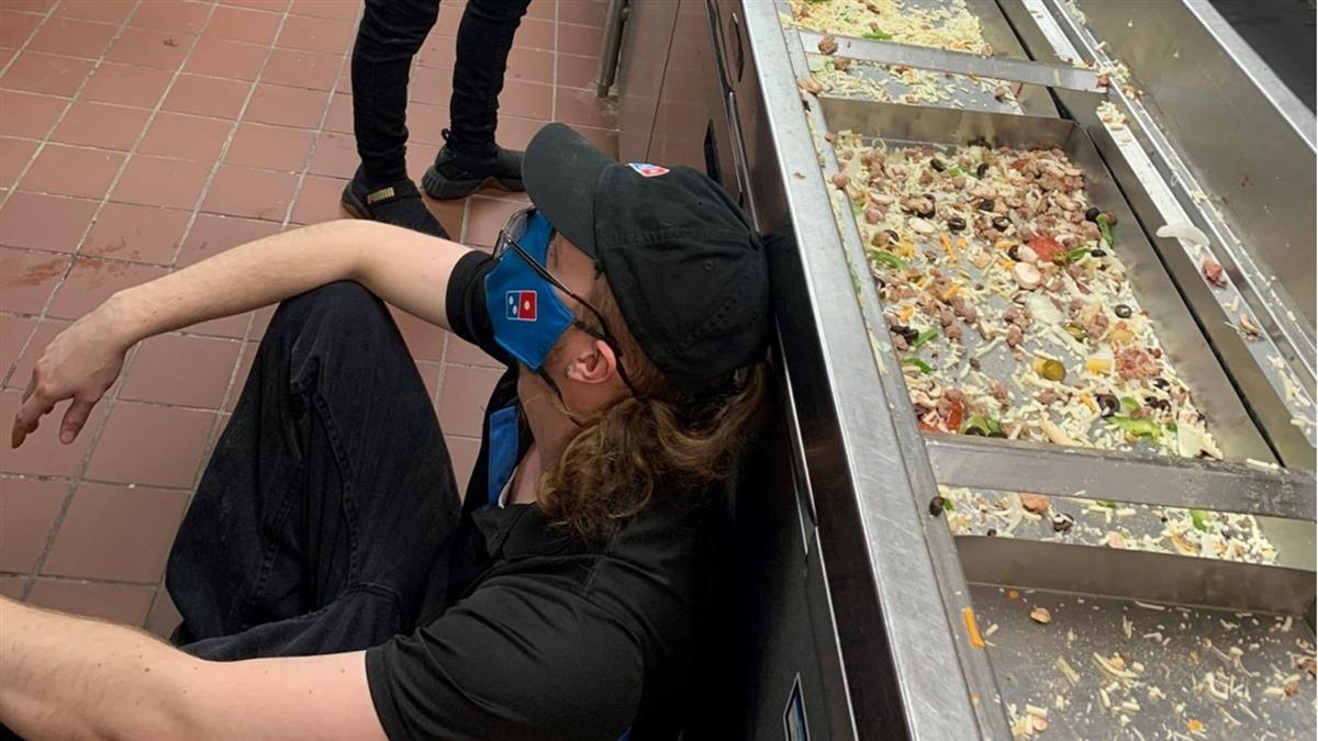德州暴風雪停電 唯一營業披薩店「4hr賣光7天食材」員工累癱