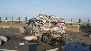 快訊/西濱快20車追撞2死8傷 轎車被削掉一半