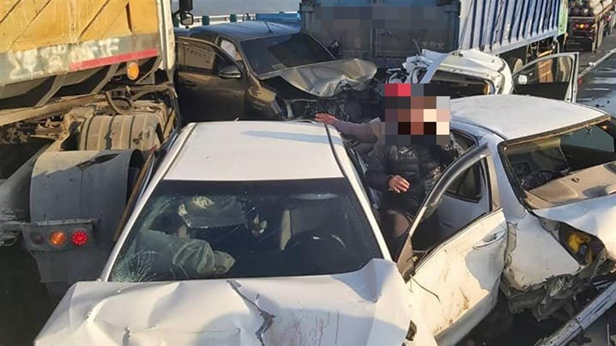 西濱21車撞爛2死濃霧害的?氣象局解答2可能原因