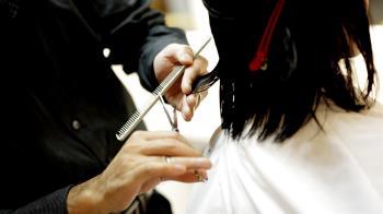 理髮師滑倒「剪刀刺胸」鮮血猛噴 客人嚇尖叫驚悚畫面曝