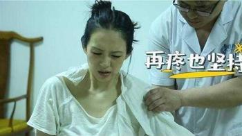 章子怡左肩脫臼痛到呻吟掉淚 汪峰不捨「這傷沒全好」