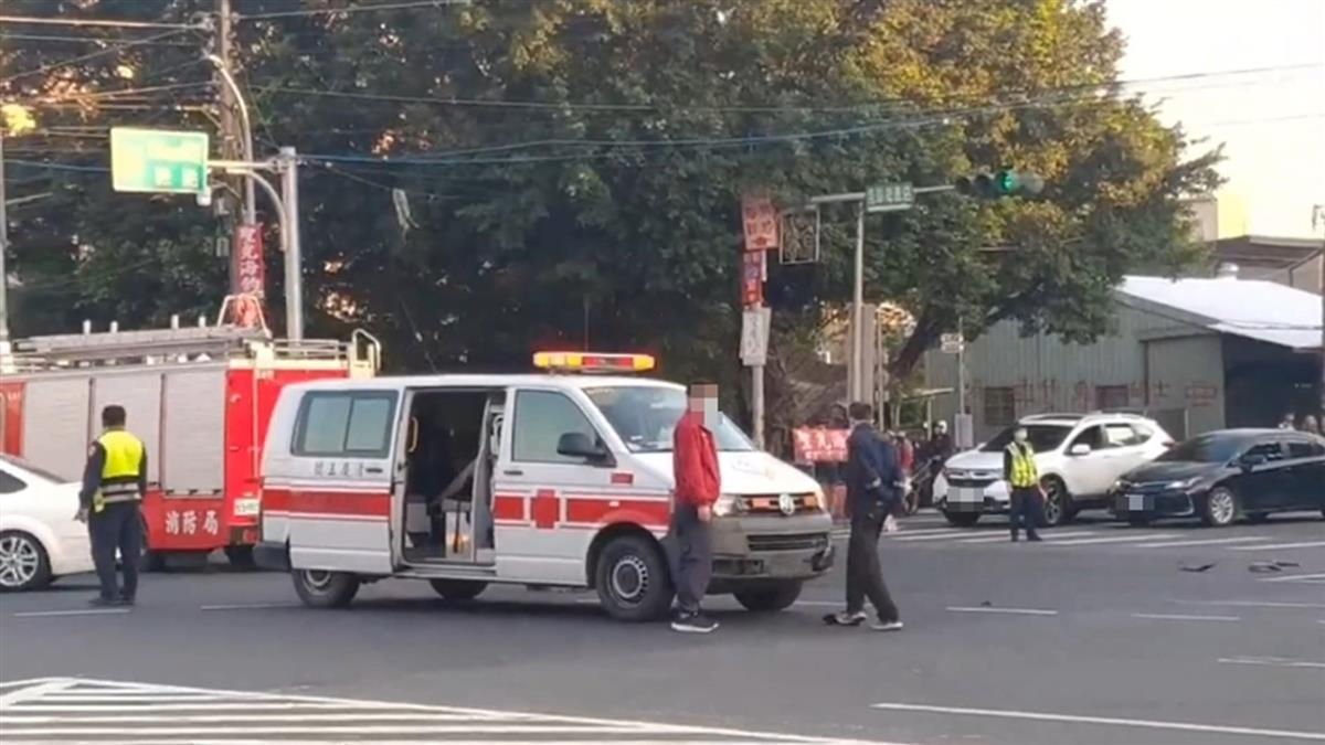 救護車值勤遭撞!轎車失控飄移180度 對向車等紅燈也慘了