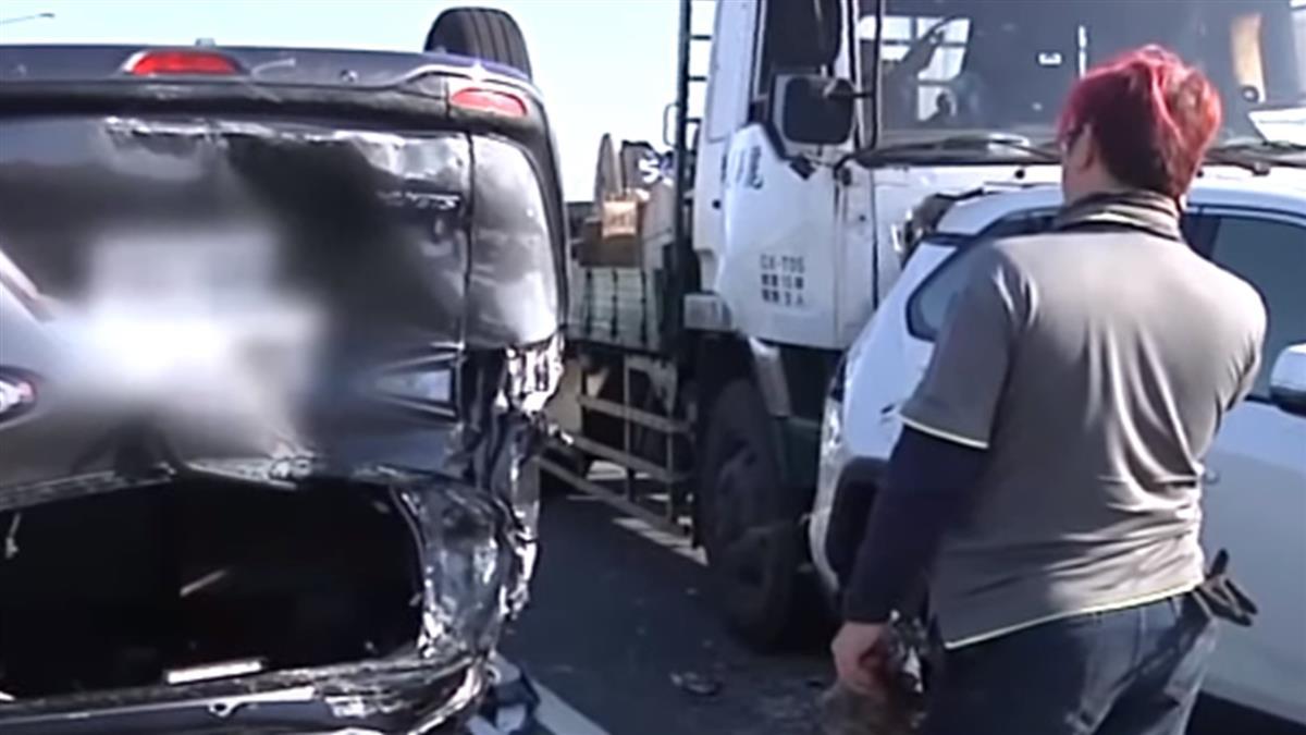 上班時間塞爆 彰化交流道4車連撞還翻車