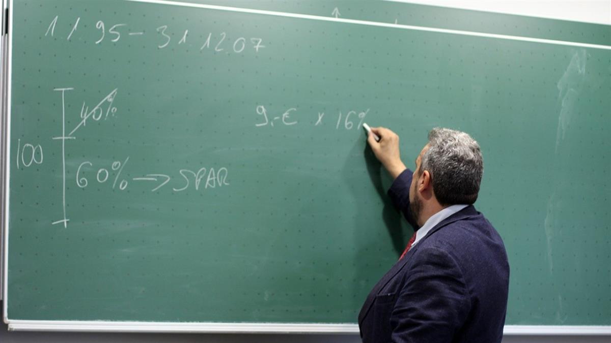 50歲師年薪130萬不退休 嫌月退6萬太少「收入折半」
