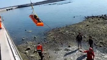 機車自撞澎湖中正橋護欄 男女落海輕重傷