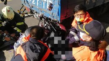 快訊/新竹母子騎車3貼 撞貨車噴飛「2命危1重傷」