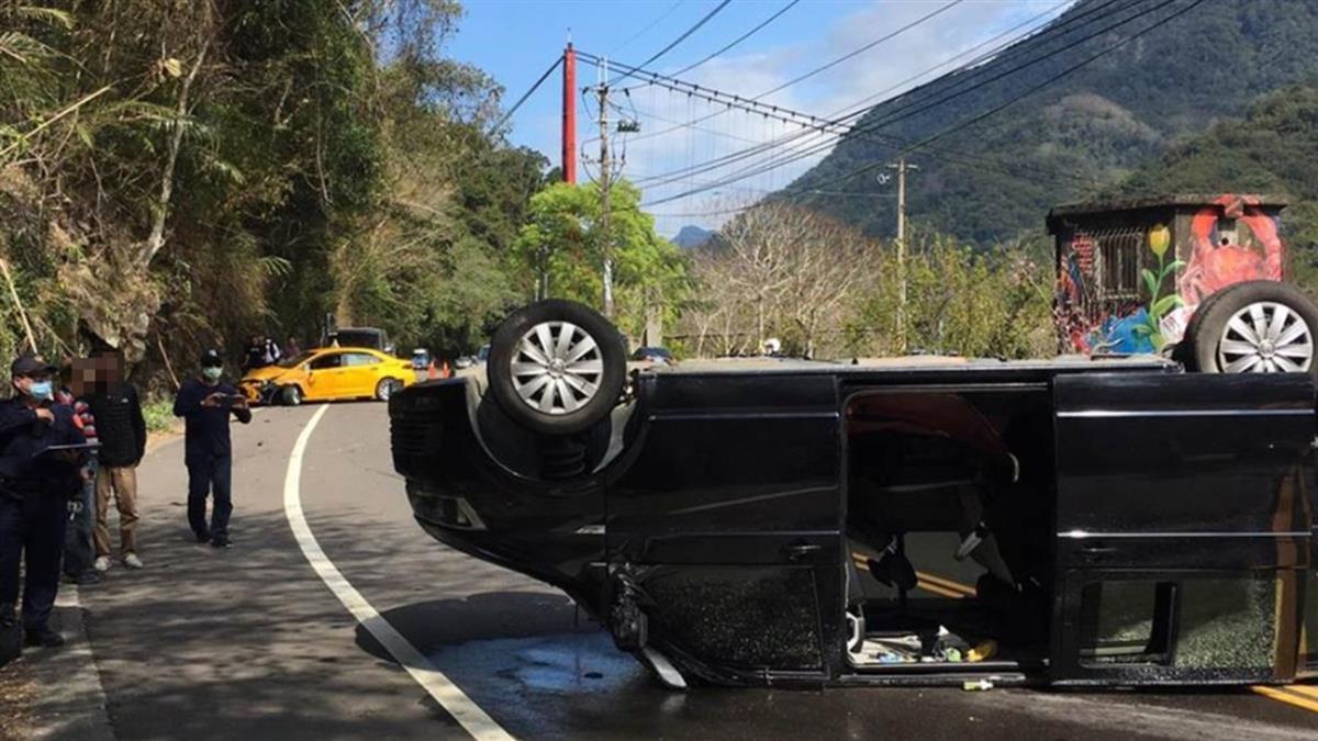 快訊/新竹尖石計程車對撞9人座廂型車 整輛翻覆路中釀10傷
