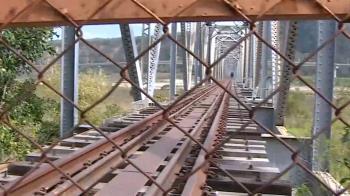 情侶鑽洞闖舊鐵道拍照 網轟:不要命了嗎?