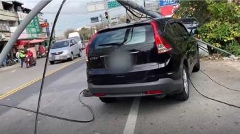 砰!怪手勾電線 扯斷燈桿砸車、電桿也傾斜