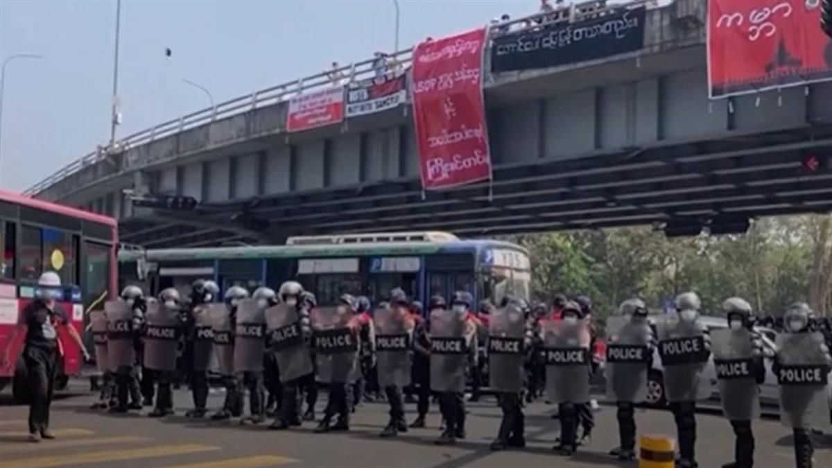 緬甸衝突情勢升高 仰光首度軍警開槍驅離示威者