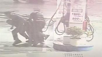男失控衝加油站拿油槍 員警「大外割」制伏