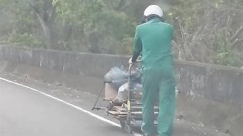 綠色天使!幫9旬嬤推20kg回收車上坡 最暖郵務士找到了