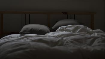人夫深夜聽到詭異聲 下樓驚見裸男坐老婆床邊