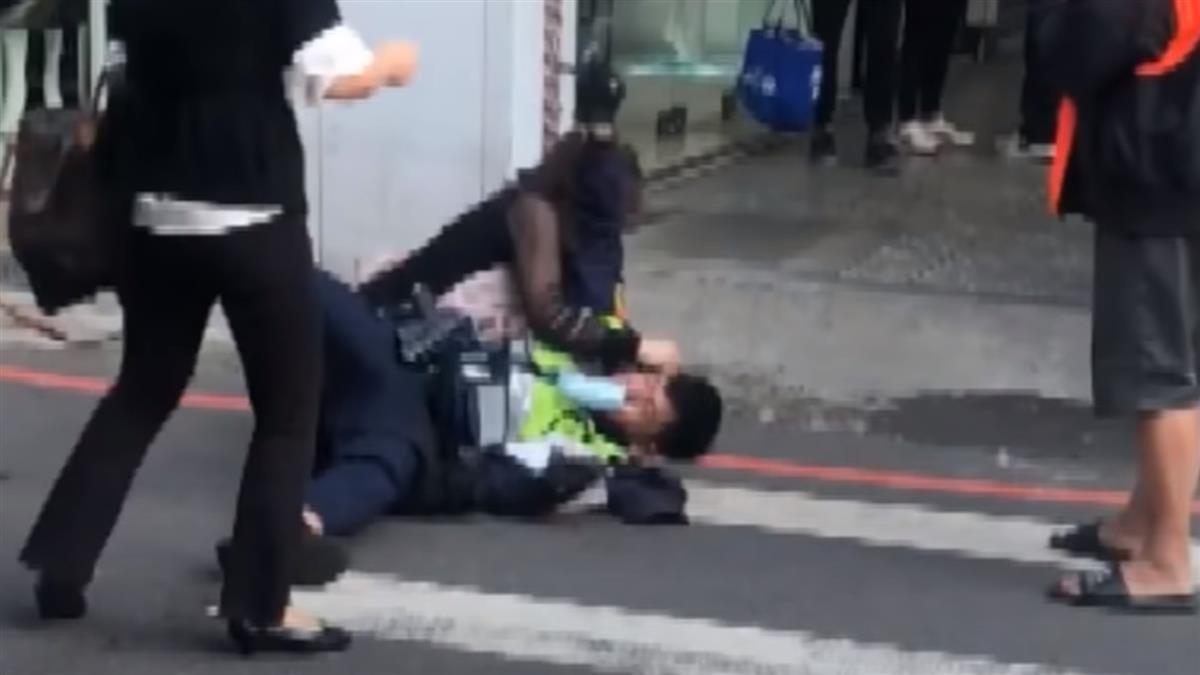 車被拖吊罵警遭壓制 婦人倒地「剪刀腳」還擊
