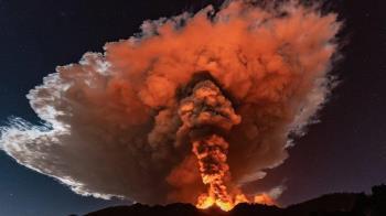 圖輯:義大利埃特納火山噴發 岩漿衝天 夜空似烈焰燃燒