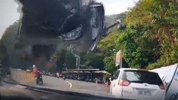 北宜公路過彎失控 機車彈飛撞對向轎車