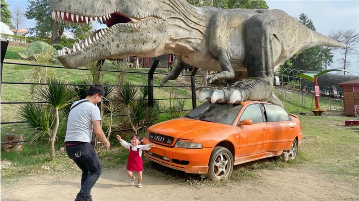 愛女見恐龍嚇哭狂奔 老爸求P圖...1.5萬人惡搞笑翻