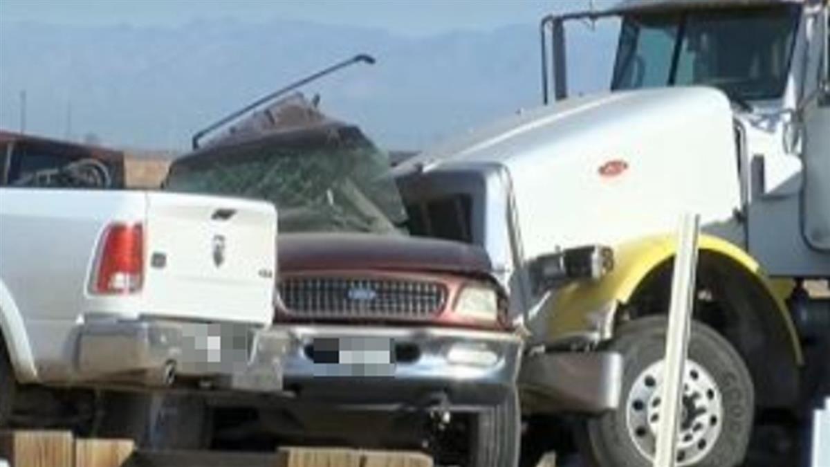 加州休旅車超載19人 遭卡車碰撞釀15死