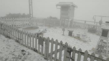 快訊/玉山下雪了!一片銀白世界美翻 目前持續中