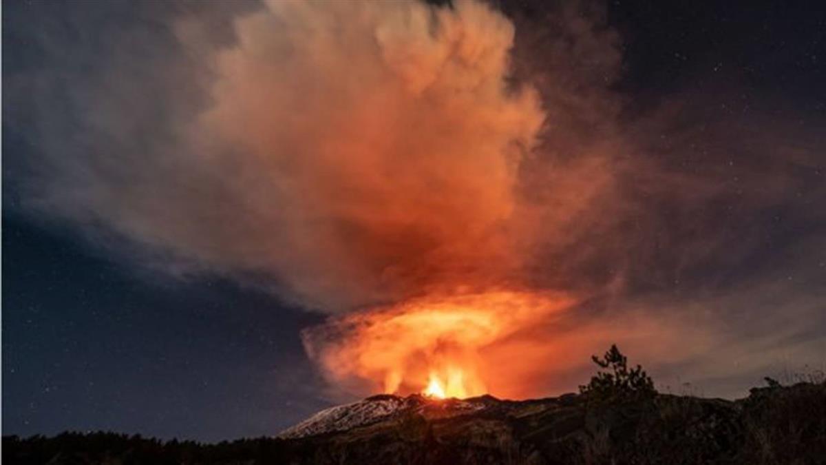 義大利埃特納火山噴發 岩漿衝天 夜空似烈焰燃燒