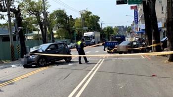 影片曝光!轎車突猛烈衝撞停紅燈2車 釀1死3傷