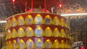寺廟參拜見光明燈冒一堆大頭 網驚喊:差點閃尿