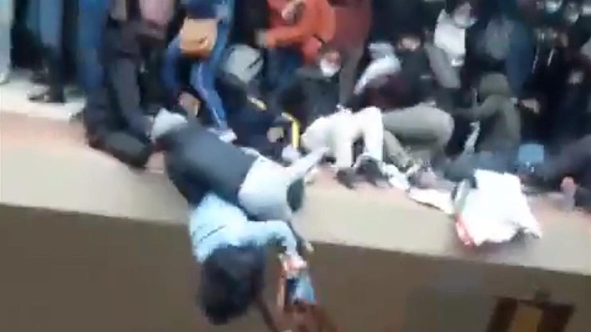 大學生狂擠欄杆7人墜樓慘死 同學緊抓腳踝…恐怖瞬間曝
