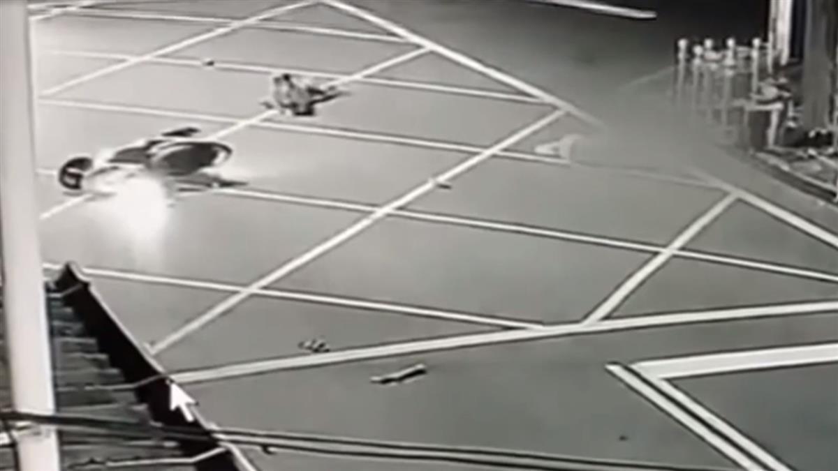 闖紅燈!機車撞雙載夫妻3人噴飛 撞車...衝入田裡
