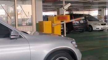 停車場機車鑽洞逆向竄出 轎車遭擋「進不去了」