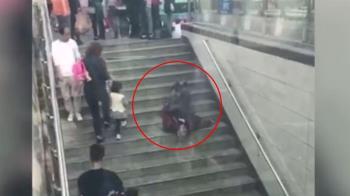 老翁「倒樓梯狂抽蓄」沒人扶 路人接近拍照...下秒直接轉身