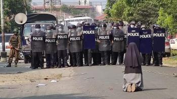 緬甸民眾遭血腥鎮壓18死 修女跪求武警「拜託別開槍」