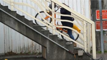 獨/難牽上去!北市大直橋東側自行車道挨轟設計差