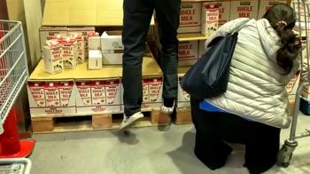 為拿後方鮮奶踩棧板重摔 美式賣場挨告判賠11萬