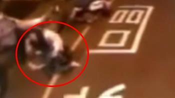 6歲妹下公車遭車門彈飛 掉進車底「險爆頭」媽目睹癱軟